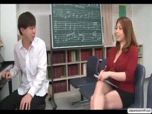 音楽の先生に変身した風間ゆみがその豊満過ぎる熟ボディを使ってエロ指導をしてるいけない関係動画
