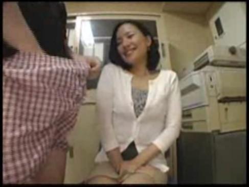 センズリ鑑賞で発情した40代の素人熟女が尻コキをしてから勢いでおまんこに挿入しちゃうおばさんの動画