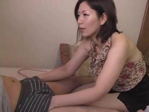 パンティーでオナニーしてた息子を目撃した五十路熟女母が笑顔で手淫や口淫してるいけない関係動画無料
