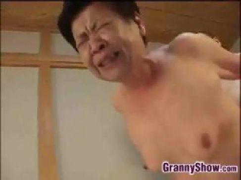 普通のおばあさんが数十年振りのセックスをして豪快に喘いでるおまんこな無料オバサンヌド写真