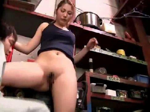 工場で働くギャル系美人妻が仕事中におまんこを嵌められて感じてるひとずま動画あげ