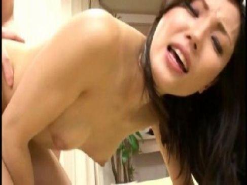 一心不乱に不倫セックスをしてる妖艶美人妻がおまんこから潮吹きしてるひとずま動画無料あげ