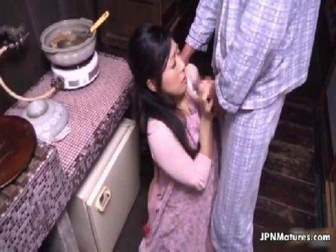 料理中の四十路熟女妻が朝立ちチンポでおめこを突かれてお掃除フェラチオしてるひとずま動画無料あげ