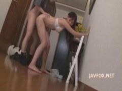 性欲を我慢できず玄関で隣人に襲い掛かる美人妻がエロいひとずまえすて