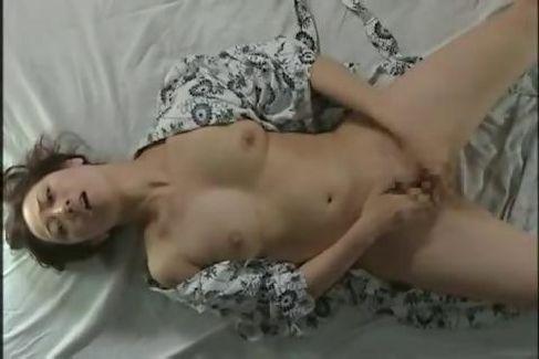 行方不明の夫の父と暮らす美人妻を義父が慰め禁断の関係になっていく美人妻動画