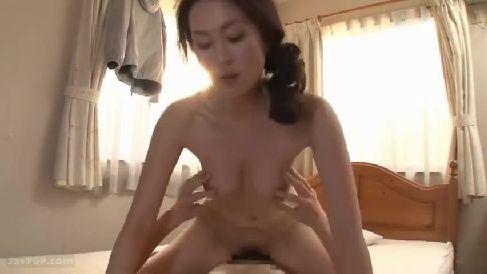 美巨乳な熟女の母と息子がじっくり愛し合う濃厚な近親相姦セックス