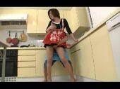 洗い物をしているショートカットの美人妻のおまんこを弄るとすぐにその気になってエロい目付きになっちゃうひとづま動画