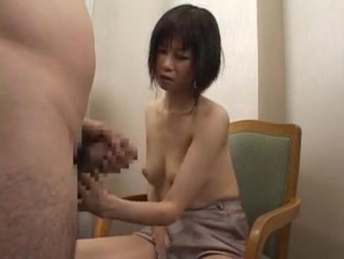 素人感が溢れてる黒髪人妻がセンズリ鑑賞で発情!勢いで生セックスしちゃってるひとずま動画
