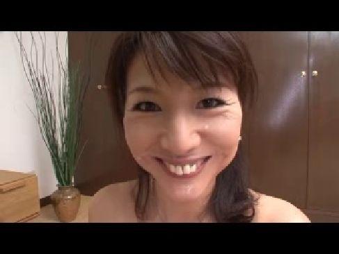 笑顔が可愛い若い主婦が他人棒を咥えて舌を出してザーメンをおねだりしてるひとずま動画あげ