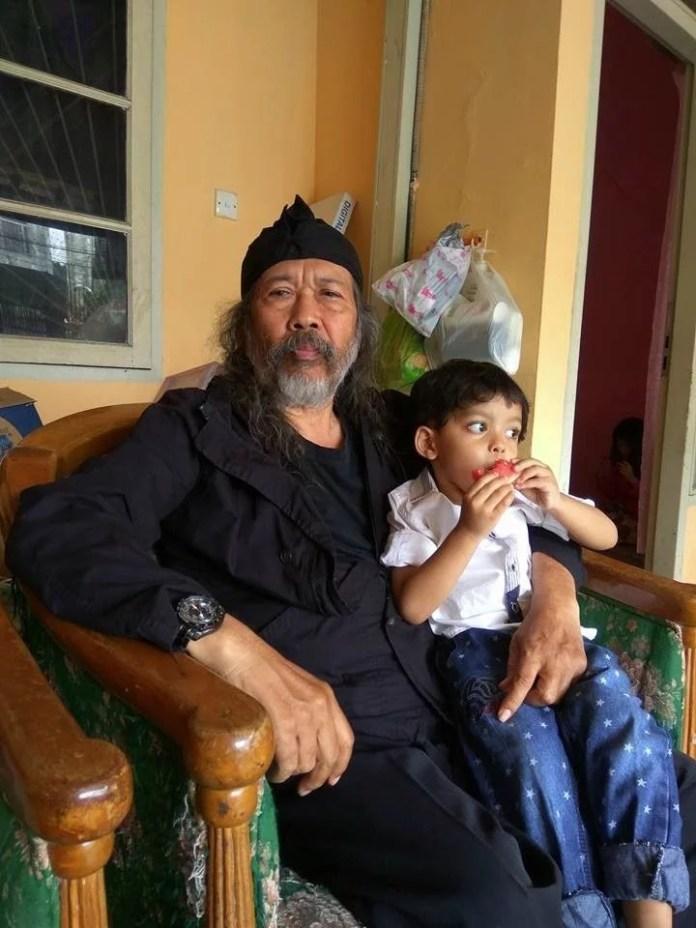 Ibrahim Basalmah sedang santai bersama cucunya
