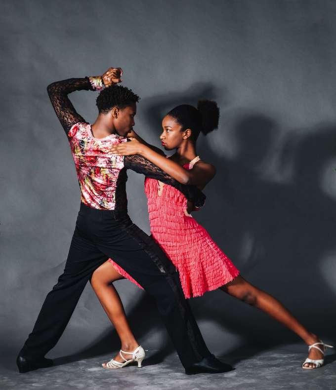 サルサを踊る二人