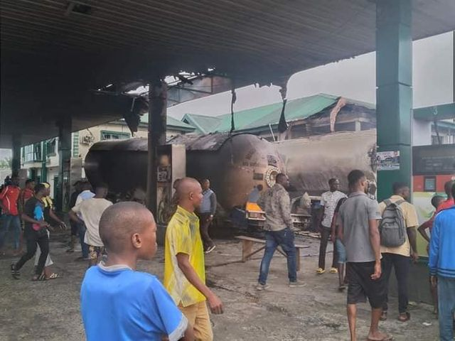 Rivers: Residents mobilize to quell fuel tanker fire