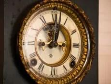 古い置時計のイメージ