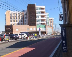 井田病院の前にある道路が川崎市中原区井田と横浜市港北区下田町の境界となっている