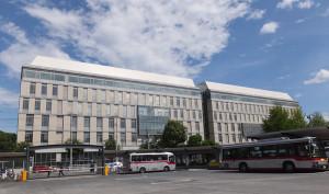 協生館は綱島街道を挟み、日吉駅西口バスターミナルの真正面にあります