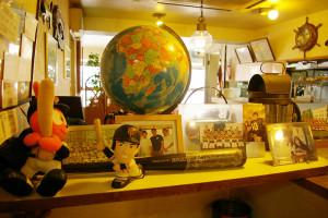 レストラン「マリーン」の店内には高橋選手をはじめ、慶應運動部関係の写真やグッズなどの展示が目立つ