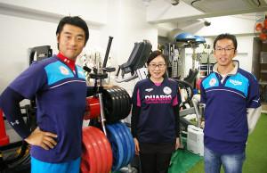 左から辻さん、スタッフの佐々木さん、長谷川さん。「ジムのトレーニングを通じて、お客様の体調が整ってゆく過程を見ていると、とても嬉しいです」と佐々木さん