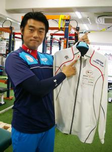 代表の辻健一郎さん。法大アメフト部、慶大ラクロス部など幅広い体育会スポーツ部をサポート。写真は日本フェンシング協会日本代表チームのトレーナーとして2014年に海外遠征をした時のユニフォーム
