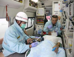 救急車は1台あたり運転手を含め3名の救急隊員によって運営されている(横浜市消防局の平成27年度予算概要書より)