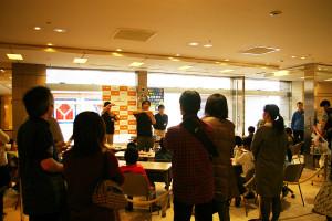 日吉東急アベニュー3階の天一書房前の「教室」会場、この回は満席!多くの子どもや見守る大人たちで賑わっていました