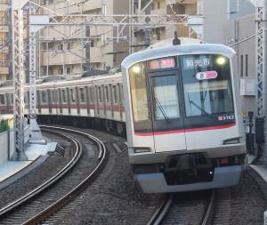 今回の改正では土日祝日に8両編成で運転されている急行の一部が10両編成となる(綱島駅で撮影)