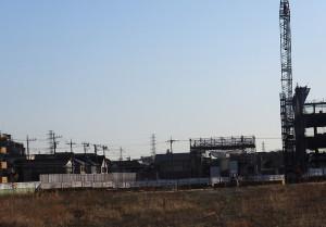 アップル研究所(右側)の後方に建てられるマンションは2年後に完成予定