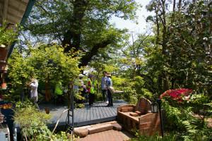 下田町1の「日吉山荘」でも鼠入(そいり)さんが幸いお出迎え。入居した時はかなり傷んでいた家をほぼ自力で改修、手造りの小物で個性あふれる楽しい庭を演出している様子を説明してくれました