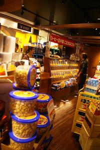コーヒーの香りが店内に。海外から輸入された食品の数々も並んでいました