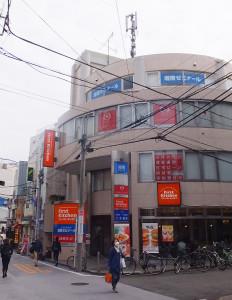 ファーストキッチンや東京三菱UFJ銀行が入るビルの4階に開校した