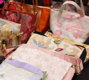 「古美楽(こびらく)」が出品予定のリサイクル着物や帯をリメイクしたバッグ。日本文化を大切にする古美楽らしい商品。「ぜひ手に取って、着物や帯の鮮やかさを感じてもらえたら」と、古美楽勤務・フリマ実行委員の佐藤さんもおすすめの逸品