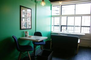 """静かな、柔らかな風が流れていそうな店内。壁も、""""マリンブルー""""を思わせる色に。少しだけ日吉にいることを忘れられそうに感じました"""