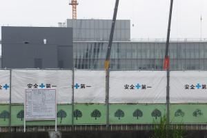 アピタ建設計画の看板も登場した綱島SST、後方に写るのは右手がアップル研究所、左手がエネルギーセンター