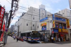 現在、臨港バスの乗場などに接している市道(バスの左側)は廃止し、高層ビルの建設用地とする構想
