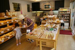 箕輪町本店の店内。多く家族連れなどでも賑わっている