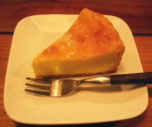 お菓子作りも大の得意の阿部さんが自信をもっておすすめするブリティッシュ・チーズケーキ(400円・税込)。チーズも極めた阿部さんならではの重厚な味わいを堪能(たんのう)できる