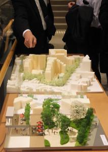 説明会会場には計画地の模型も持ち込まれていた(読者提供)