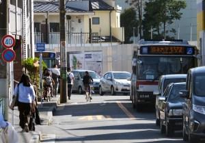 箕輪2丁目から日吉7丁目へ向かう道路は歩道もほとんどないうえに、バスも頻繁に通る