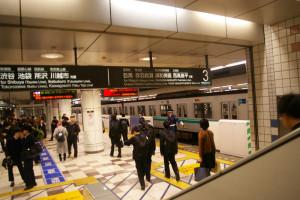 「いつもの」上り(目黒・武蔵小杉)方面の始発列車がやって来ず、途方に暮れる人の姿も。幸い、東横線が並走している区間のため、大きな混乱はなかったが、目黒線のダイヤは乱れ、夕方のラッシュ時には影響も(15時30分頃)
