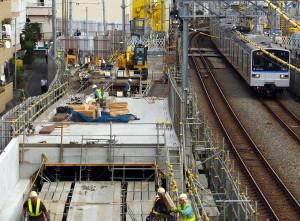 相鉄線の西谷駅(保土ヶ谷区)近くで行われている西谷トンネルの関連工事(写真左側、2016年10月撮影)