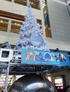 今年(2016年)東急電鉄はディズニー社とディズニーの4つのブランドをテーマとしたクリスマスプロモーションを11月1日から展開中で、スタンプラリーもその一環。日吉駅構内にもディズニー仕様のクリスマスツリーが出現