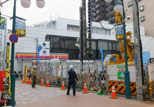 オズ通り「(仮称)KMGビル2号の建設現場」は駅西口から至近