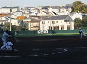 日吉(下田)グラウンドは外野に高いネットが設けられているが……。「KEIO」の文字の後方にある白い建物が保育園の園舎