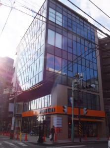 パチスロ専門店「ミラージュ」の跡に建てられた5階建てビルの1階と地下1階では12月1日に「PIER'S CAFE(ピアーズカフェ)綱島店」がオープン