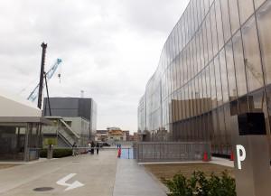 日吉側の建物脇には駐車場と関係者用の出入口が設けられている
