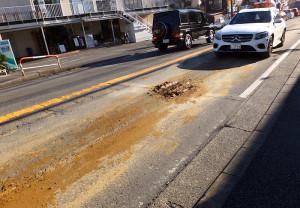 箕輪町1~2丁目の綱島街道のいたる所に泥のような土がこびりついていた(2016年12月17日)