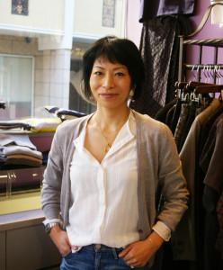 日吉生まれ・育ちの澤井麻子さん。海外への憧れからパリへ留学、ファッションの専門学校「エスモードパリ」で学んだ。ジュエリーのデザインも手掛け、オリジナル・ブランドも準備中とのこと