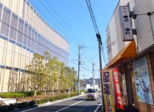 アップル研究所(左)の真横に位置する弁当・定食店の「綱島正吉」