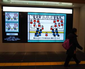 すでに武蔵小杉駅改札内のデジタルサイネージは稼働している