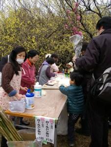 子どもたちにも大人気の「桃ジャム入りロールパン作り」。今年もなんとか綱島産の桃ジャムを用意することができた(2016年開催の様子)