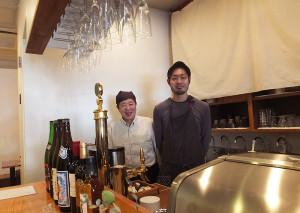 """学生時代からの""""夢""""だったお店をオープンした堀田健一さん(右)と父・耕造さん(左)"""